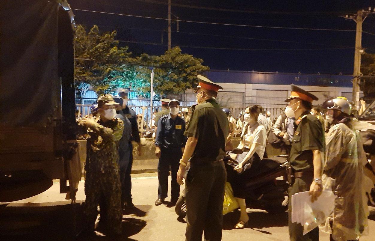 Đoàn công tác của huyện Bến Lức hỗ trợ TP.HCM đưa công nhân, người lao động về các tỉnh miền Tây trong đêm 27/7/2021