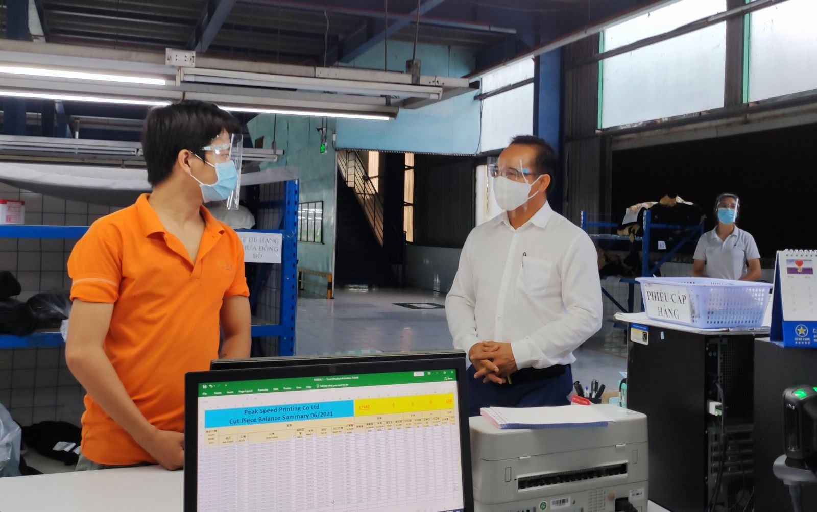 Secretary of the Provincial Party Committee, Chairman of the Provincial People's Council - Nguyen Van Duoc visits and encourages workers of Dinh Cao Printing Co., Ltd during the implementation of the motto