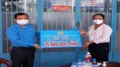 Liên đoàn Lao động tỉnh: Trao tiền hỗ trợ cơ sở y tế tuyến đầu chống dịch Covid-19 trên địa bàn huyện Đức Hòa