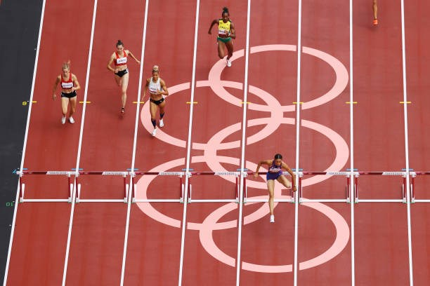 Quách Thị Lan (thứ 2 từ trái qua) tại nội dung 400m rào nữ. (Nguồn: Getty Images)