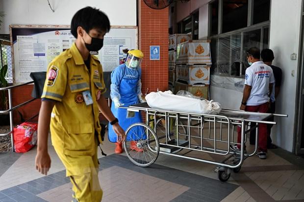 Chuyển thi thể một bệnh nhân tử vong do COVID-19 tại bệnh viện ở Pathum Thani, Thái Lan, ngày 17/7/2021. (Nguồn: AFP/TTXVN)