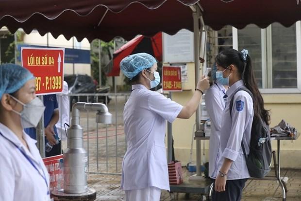 Lực lượng y tế phải túc trực tại các điểm thi tốt nghiệp trung học phổ thông đợt 1. (Ảnh: TTXVN)