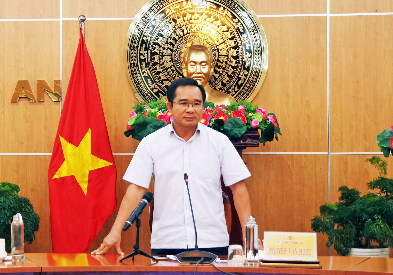 Secretary of the Long An Party Committee - Nguyen Van Duoc requires to have the cooperation and synchronous coordination of all levels and branches, the consensus and determination of the people in preventing and fighting against Covid-19