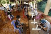 Campuchia triển khai tiêm vaccine COVID-19 cho trẻ em từ 12-17 tuổi