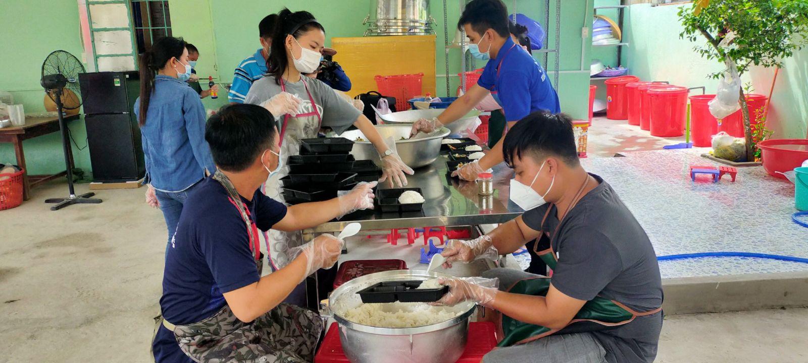 Mỗi ngày, bếp cung cấp khoảng 300 suất ăn cho người bị cách ly, cán bộ, chiến sĩ trực chốt kiểm soát dịch bệnh