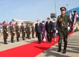 Chủ tịch nước và phu nhân đến Vientiane, bắt đầu thăm hữu nghị chính thức CHDCND Lào