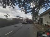 Cần cẩu được chở trên xe đầu kéo rơi xuống Quốc lộ 1