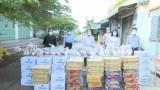 Ban Dân vận Tỉnh ủy trao quà cho các hộ dân trong khu nhà trọ huyện Đức Hòa