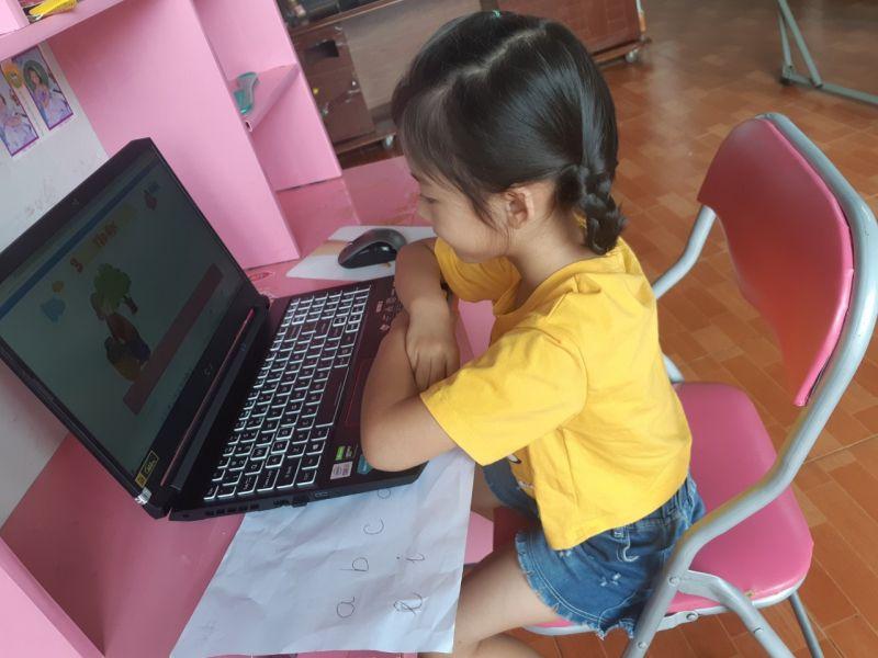 Bé Uyên Nhi học tập đọc môn tiếng Việt 1 trên HOC247 Kids