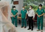 Động viên, chia buồn với điều dưỡng tại Trung tâm Hồi sức Covid-19 Trung ương có người thân qua đời