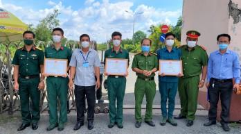 Thạnh Hóa: Khen thưởng đột xuất 25 cá nhân tuyến đầu phòng, chống dịch Covid-19