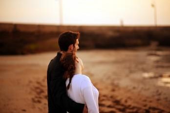 Để phụ nữ của bạn có cảm giác an toàn khi yêu?