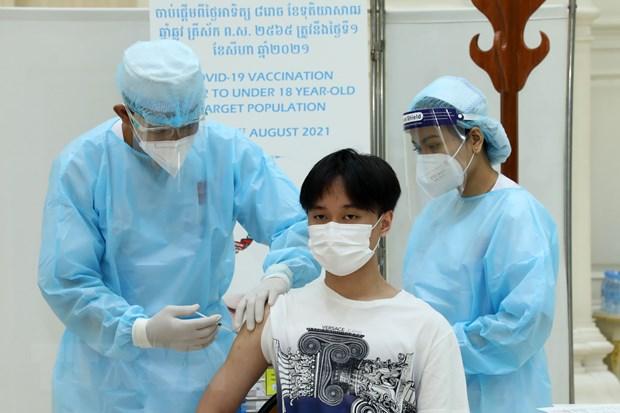 Nhân viên y tế tiêm vaccine ngừa COVID-19 cho người dân tại Phnom Penh, Campuchia. (Ảnh: THX/TTXVN)