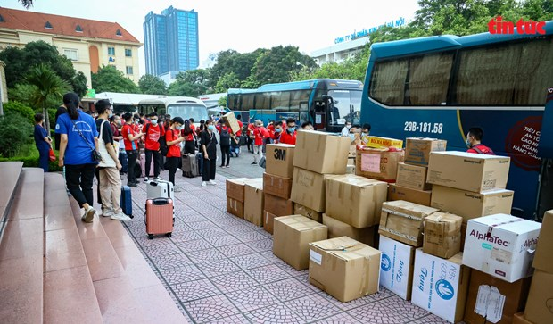 Lecturers, students of Hanoi Medical University volunteer to help Binh Duong province. (Photo: VNA)