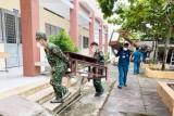 Lực lượng vũ trang tỉnh Long An hỗ trợ các huyện 'vùng xanh' chuẩn bị năm học mới