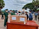 Hiến binh tỉnh Svay Riêng, Vương quốc Campuchia tặng vật tư y tế cho Bộ đội Biên phòng tỉnh Long An