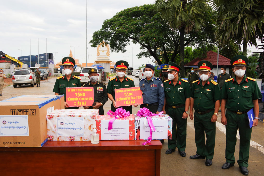 The Provincial Military Command donates 4 tons of rice to the Military Sub-Region and the Gendarmerie Command of Svay Rieng Province