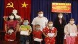 Phó Chủ tịch UBND tỉnh - Phạm Tấn Hòa tặng quà Trung thu cho trẻ em