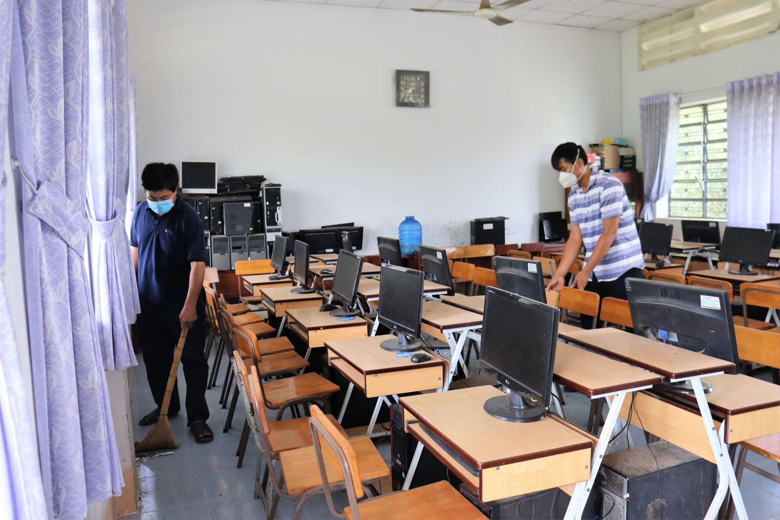 Giáo viên Trường THCS Phước Vân lau dọn bàn ghế, trang thiết bị phục vụ năm học mới