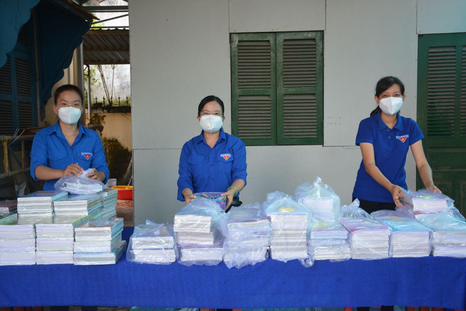 """Đội hình """"Shipper thanh niên"""" đã vận chuyển trên 2.000 bộ sách giáo khoa cùng các dụng cụ học tập cho học sinh"""