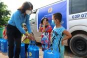 Liên đoàn Lao động tỉnh tặng sữa cho trẻ em, phụ nữ mang thai ở Đức Huệ