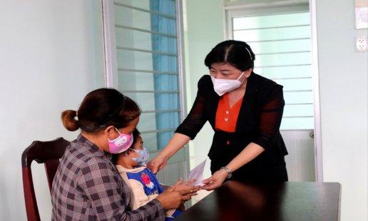 Thăm, tặng 230 phần quà Tết Trung thu tại huyện Cần Giuộc