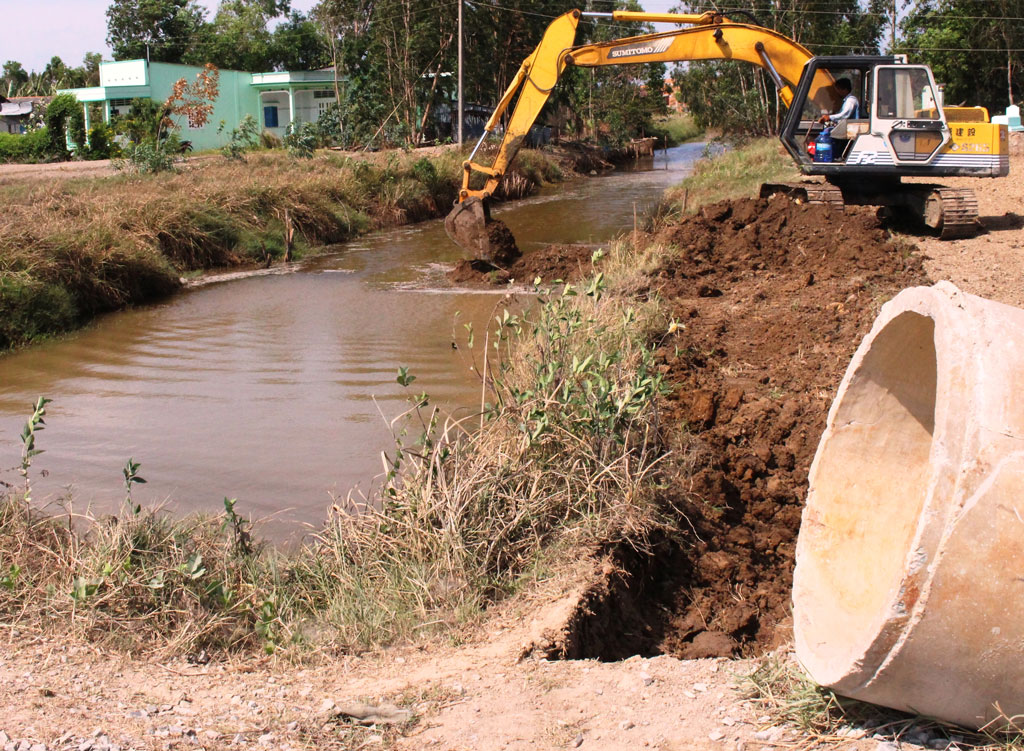 A sluice for preventing saline intrusion is built in Thanh Hoa district