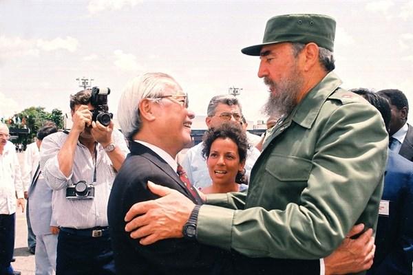 Cuban leader Fidel Castro welcomed Vietnamese Prime Minister Vo Van Kiet in Havana on July 10, 1993. (File Photo: VNA)