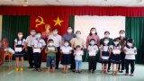 Tặng 380 phần quà Trung thu cho trẻ em vùng Đồng Tháp Mười