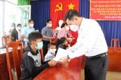Phó Chủ tịch Thường trực HĐND tỉnh tặng quà Trung thu tại Thủ Thừa