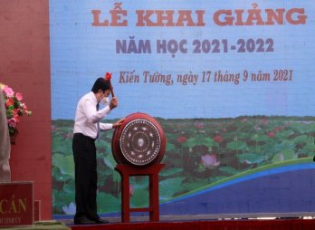 Former State President - Truong Tan Sang attends new school-year ceremony in Long An