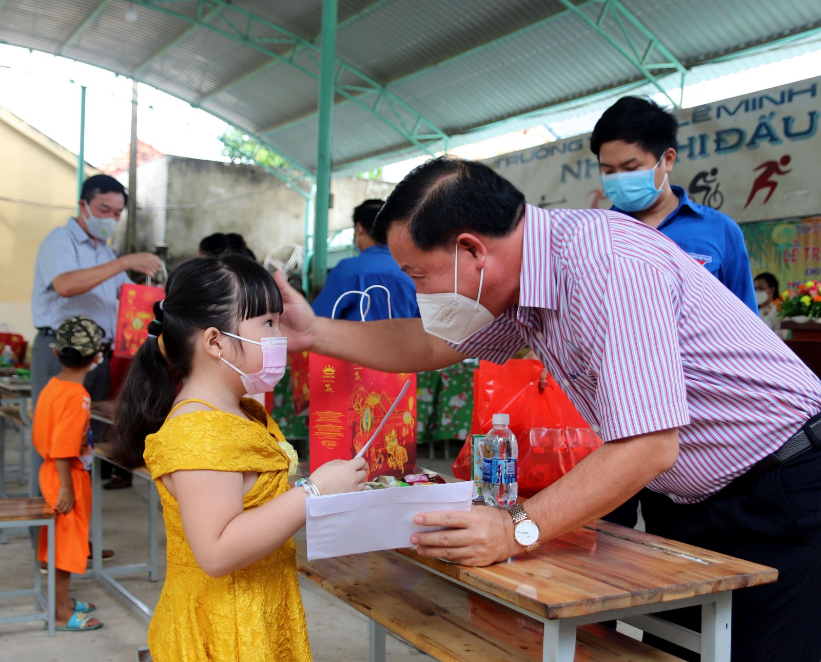 The delegation visits and presents 170 gifts in Duc Hoa district