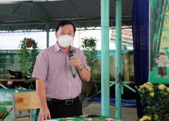 Chairman of the Provincial People's Committee - Nguyen Van Ut visits and presents Mid-Autumn Festival gifts to children