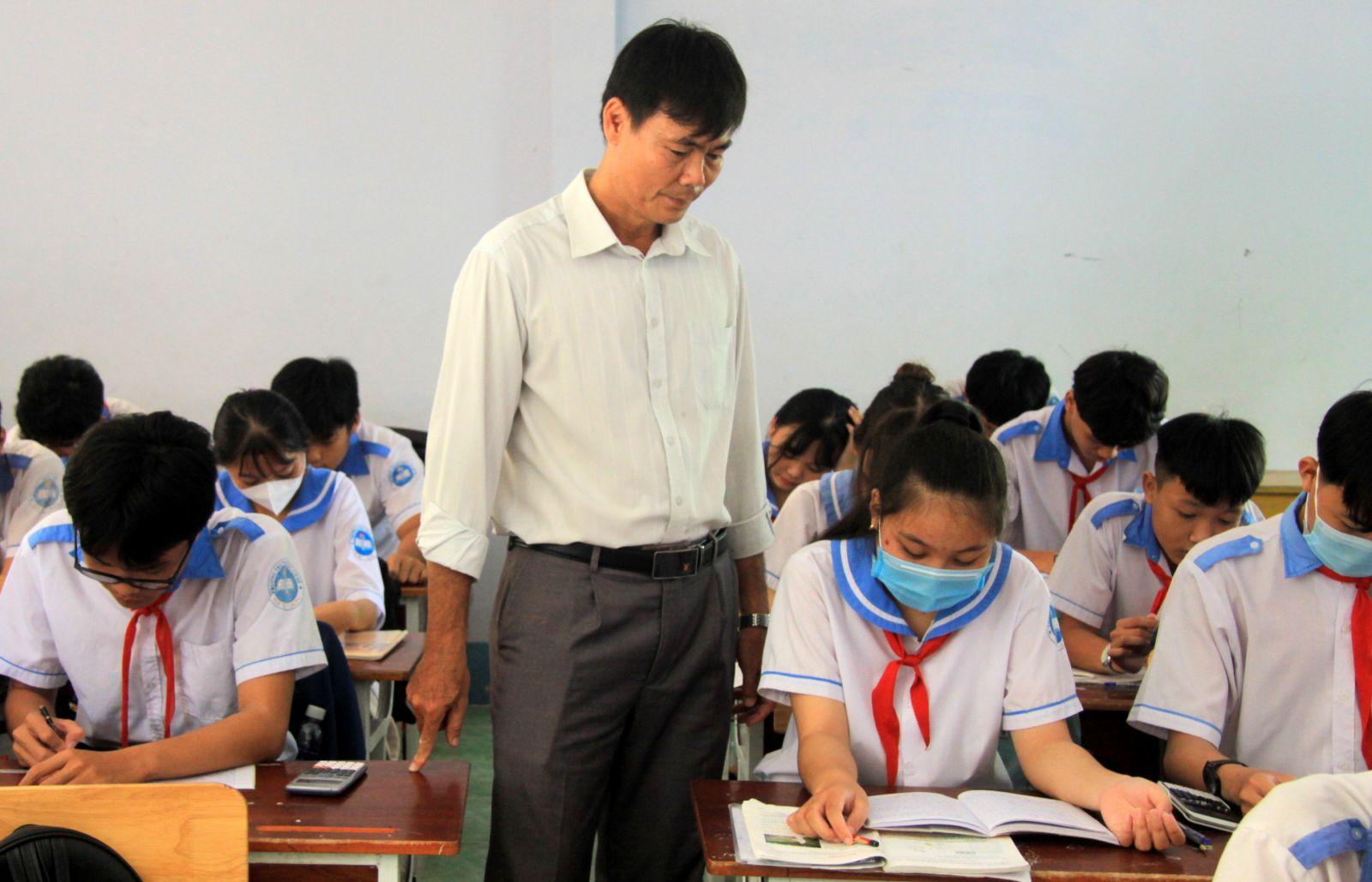 Giáo viên bộ môn theo sát quá trình học tập của học sinh lớp 9, nắm rõ học lực các em, từ đó cho lời khuyên về hướng đi phù hợp trong tương lai (Ảnh tư liệu)