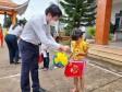 Bí thư Thành ủy Tân An trao quà cho hộ nghèo huyện Tân Thạnh