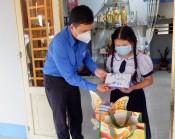 Tỉnh đoàn trao dụng cụ học tập cho học sinh khó khăn