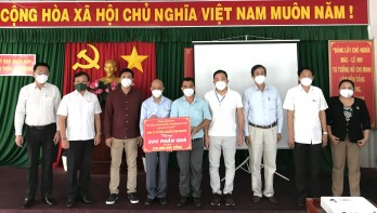 Overseas Vietnamese Entrepreneurs Association gives gifts in Can Giuoc district