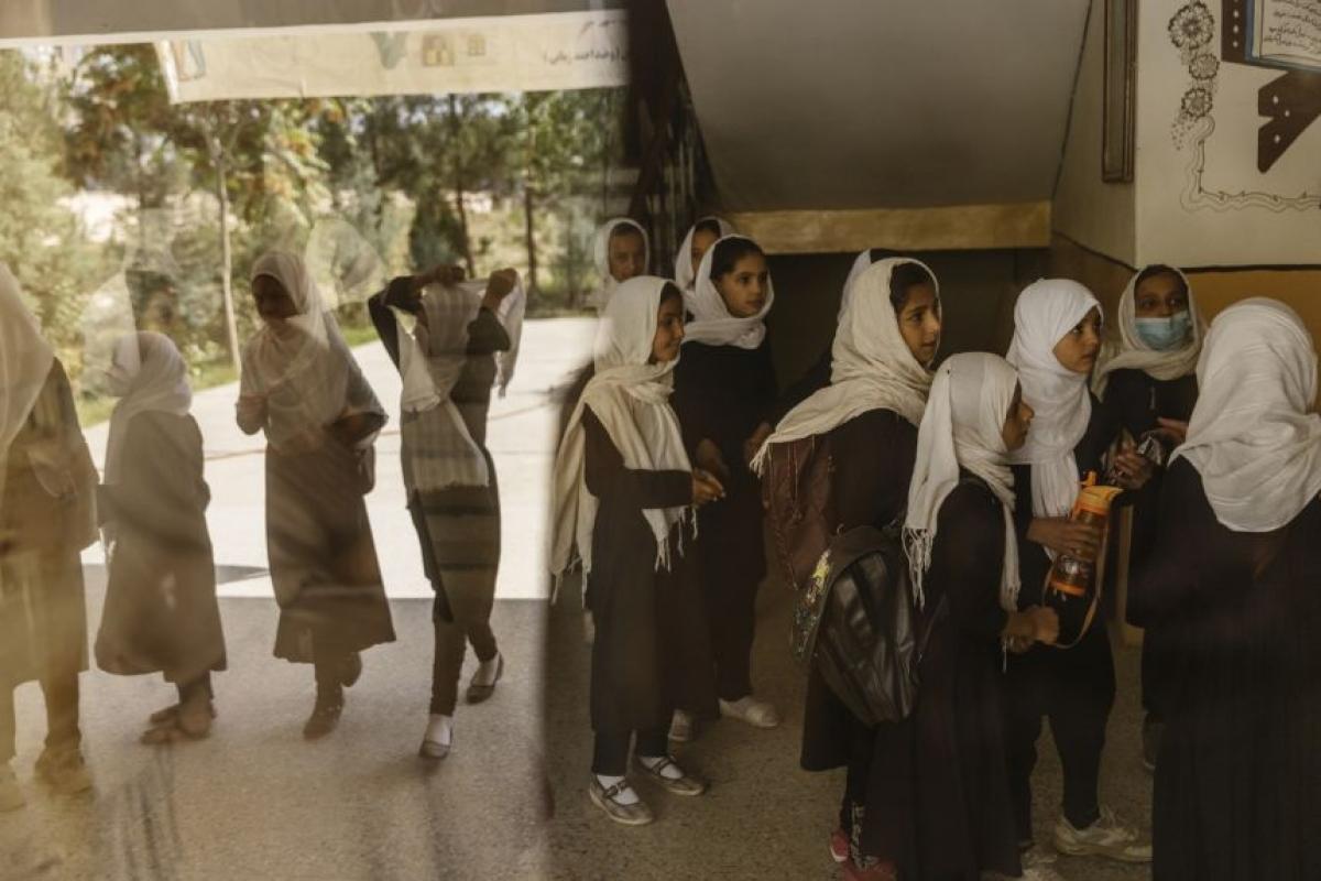 Các nữ học sinh chuẩn bị vào lớp tại một trường học ở Kabul ngày 15/9/2021. Ảnh: New York Times
