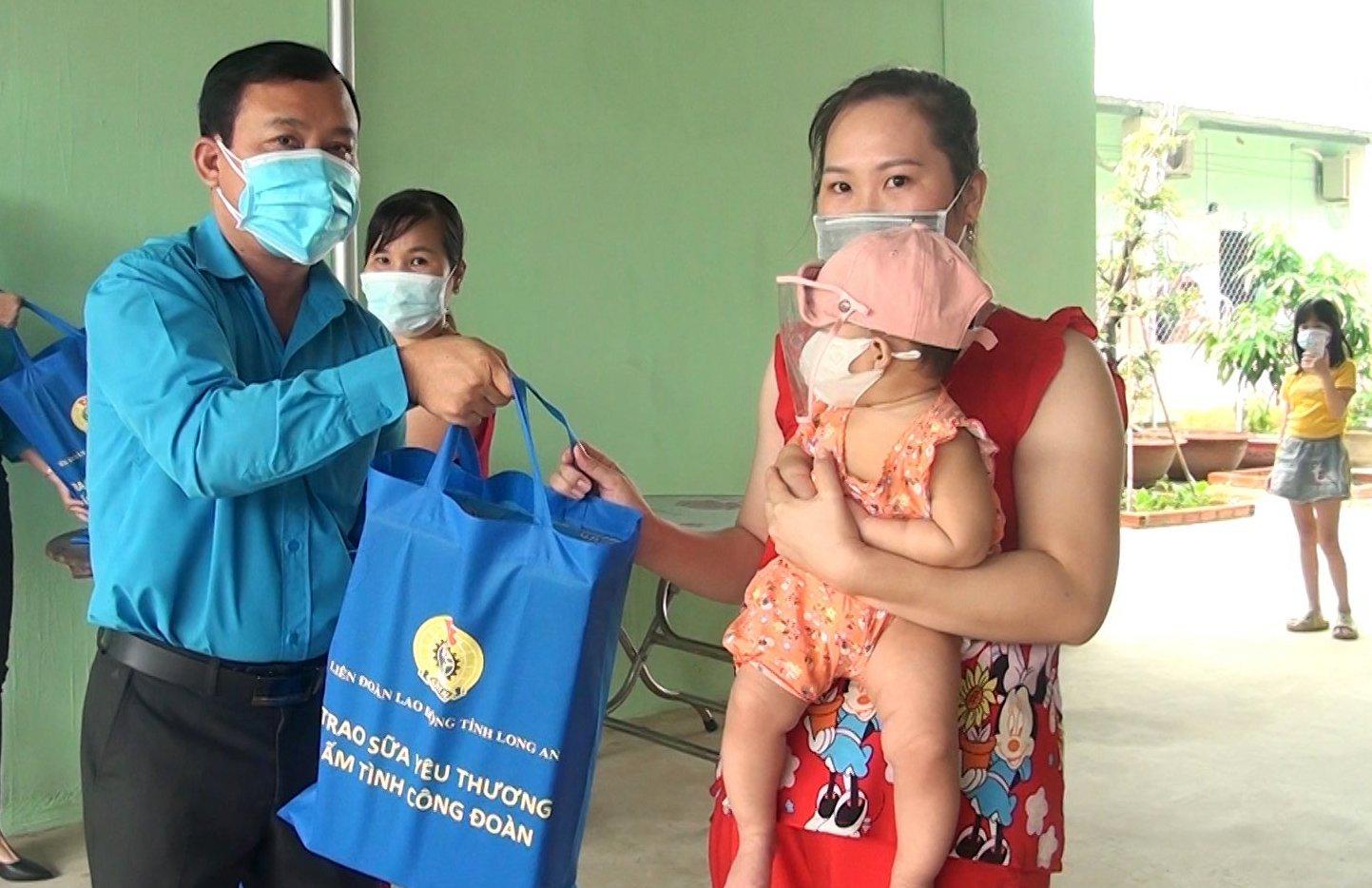Phó Chủ tịch Thường trực Liên đoàn Lao động tỉnh - Hồ Văn Xuân trao quà cho công nhân, lao động tại huyện Đức Hòa