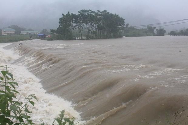 Mưa lớn gây ngập lụt nhiều tuyến đường ở xã Lục Da, huyện Con Cuông khiến giao thông bị chia cắt. (Ảnh: TTXVN phát)