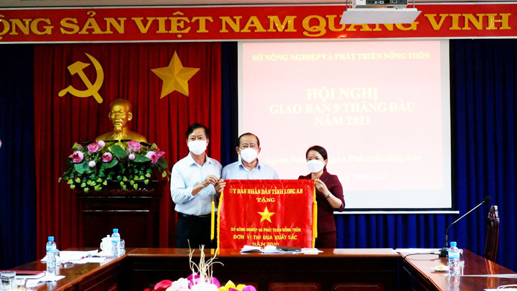 The DARD receives the excellent emulation flag in 2020 from the Provincial People's Committee