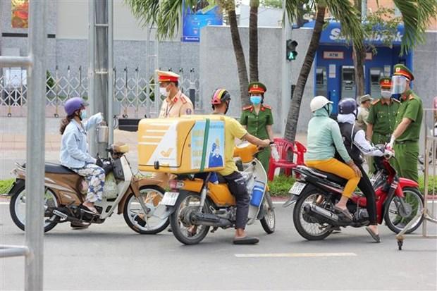 Lực lượng Công an thành phố Bạc Liêu thường xuyên tuần tra, nhắc nhở người dân tuân thủ các quy định phòng chống dịch. (Ảnh: Trọng nguyễn/TTXVN phát)