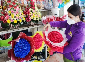 Thị trường 20/10: Hoa tươi vẫn hút hàng, quà tặng ít sôi động