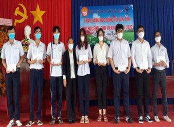 Huyện Đức Hòa trao học bổng Võ Văn Tần
