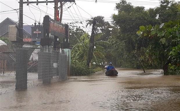 Người dân ở Thừa Thiên-Huế phải di chuyển bằng thuyền. (Ảnh: Tường Vi/TTXVN)