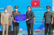 Trao kinh phí hỗ trợ của Chính phủ Việt Nam về phối hợp tìm kiếm, quy tập hài cốt liệt sĩ quân tình nguyện Việt Nam